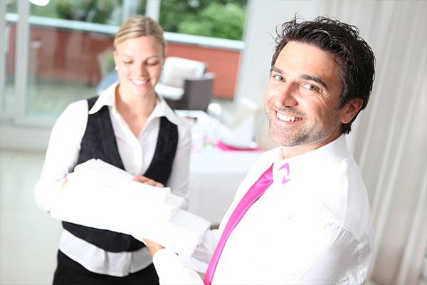 Mietwäsche für Hotels & Restaurants - Der zentratex Wäscheprofi übergibt frische Hotelwäsche
