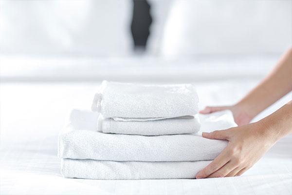 Mietwäsche für Kliniken & Reha. Im Bild: Ein Stapel frischer Handtücher