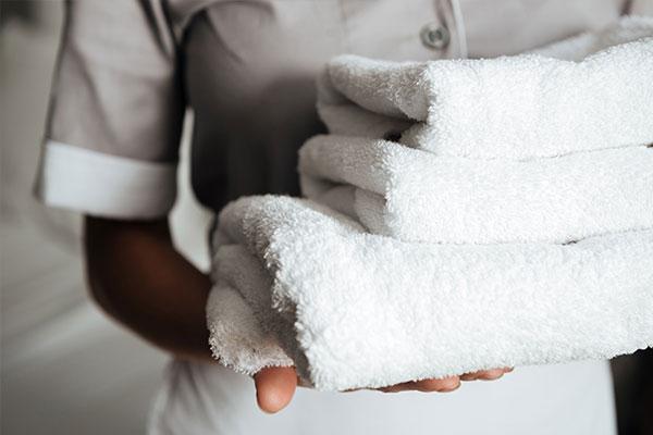 Mietwäsche für Senioren- & Pflegeheime hat die gleichen hygienischen Anforderungen wie in Klinik. Im Bild: Ein Stapel frischer Handtücher